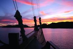P1050273 mit dem Pinisi Tauchschiff und Segelboot MSY WAOW in RajaAmpat Penemu Dampier Strait Sonnenuntergang in Raja Ampat H800